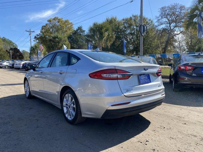 2019 Silver /Grey Ford Fusion SE (3FA6P0LU9KR) with an 2.0l I-4 Smpi Dohc Hybrid engine, Automatic transmission, located at 745 East Steele Rd., West Columbia, SC, 29170, (803) 755-9148, 33.927212, -81.148483 - Photo #3