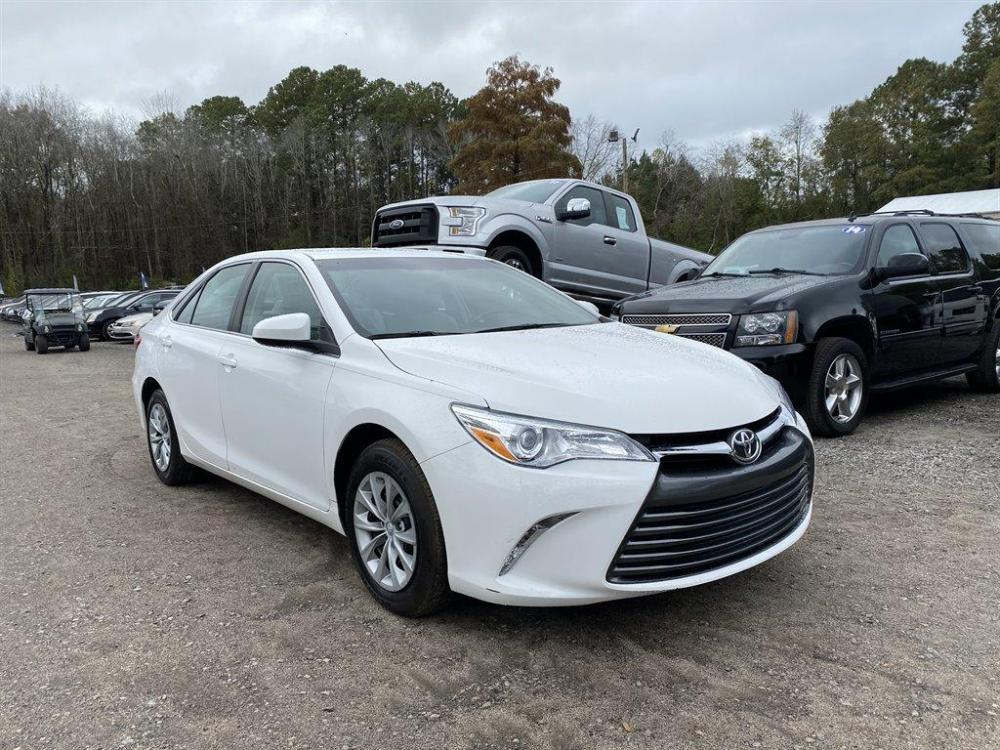 2016 White /Grey Toyota Camry (4T1BF1FK8GU) with an 2.5l I-4 SFI Dohc VVT-I 2 engine, Automatic transmission, located at 745 East Steele Rd., West Columbia, SC, 29170, (803) 755-9148, 33.927212, -81.148483 - Photo #3